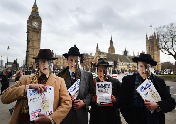 Pääministeri Cameroniksi pukeutuneita mielenosoittajia parlamentin edustalla Lontoossa.