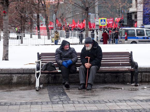 kaksi vanhaa parrakasta miestä istuu puistonpenkillä
