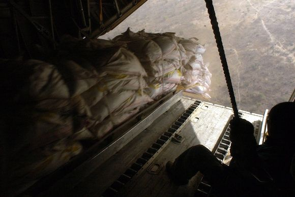 Maailman ruoka-ohjelman WFP:n paketteja hetkeä ennen niiden pudottamista lentokoneesta. Kuva Sudanista vuonna 2004.