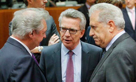 Asserborn, de Maizière ja Avramopoulos keskustelevat vakavailmeisinä.