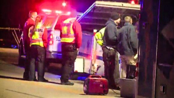 Ambulansseja ja hälytysajoneuvoja kadulla Kansasissa.