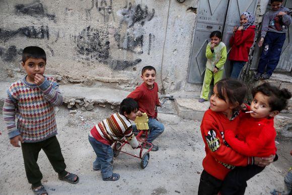Syyrialaiset lapset leikkivät kadulla Damaskuksessa.