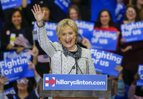 Yhdysvaltain demokraattien presidenttiehdokkuudesta kamppaileva, entinen ulkoministeri Hillary Clinton juhlii Etelä-Carolinassa esivaalivoittoaan Vermontin senaattori Bernie Sandersista 27. helmikuuta 2016.