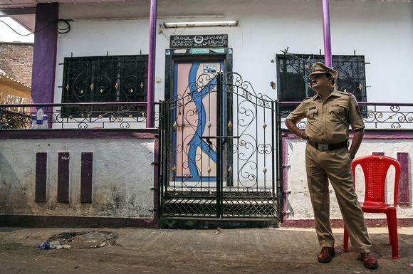 Poliisi vartioi talon edessä jossa surmat tapahtuivat.