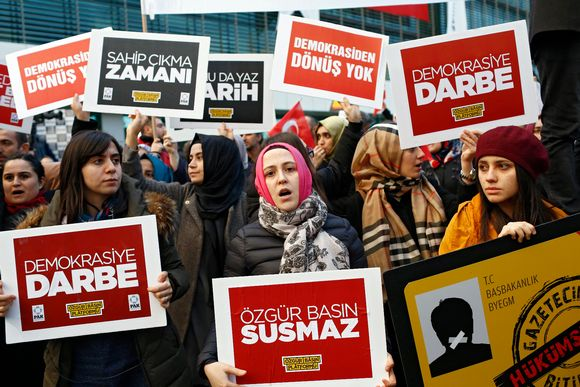 Fethullah Gülenin kannattajia osoittamassa mieltään Zaman-lehden edustalla 4. 3. 2016. Turkin hallitus on ottanut haltuunsa oppositiota kannattavan sanomalehden.