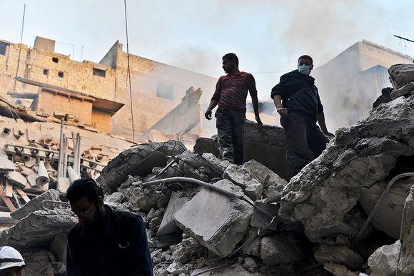 Aleppossa etsittiin ilmaiskun uhreja raunioituneesta talosta helmikuussa 2014.