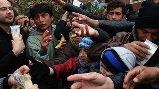 Turvapaikanhakijoille jaetaan ruokaa Pireuksessa