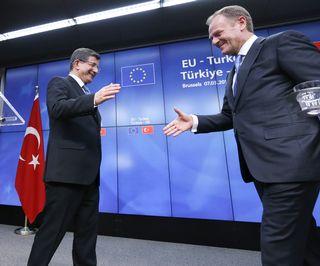 Turkin pääministeri kättelee Eurooppa-neuvoston puheenjohtajaa