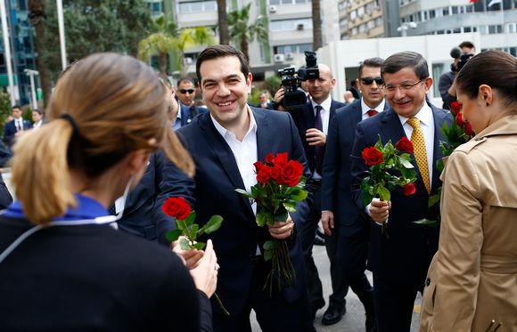 Kreikan ja Turkin pääministerit jakoivat ruusuja Izmirissa, Turkissa, naistenpäivänä 8. maaliskuuta.