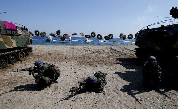 Eteläkorealaisia ja yhdysvaltalaisia merijalkaväen sotilaita maiden yhteisessä sotaharjoituksessa.