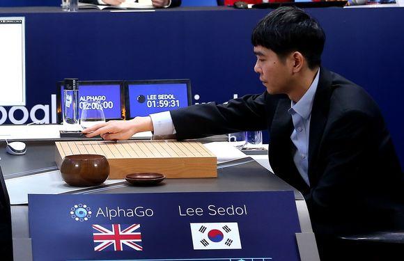 Go-pelin suurmestari Lee Se-Dol asettaa ensimmäisen pelimerkkinsä pelilaudalle aloittaessaan kolmannen pelin AlphaGo-tekoälyä vastaan.