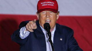 Trump puhuu ja osoittaa sormella