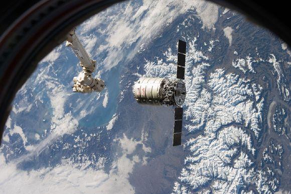 Näkymä kansainvälisenavaruusaseman ikkunasta: Cygnus lähdössä kohti maapallon sinivalkoista pintaa.