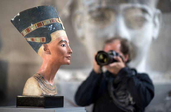 Video: Valokuvaaja tähtää Nefertitin rintakuvan kopiota.
