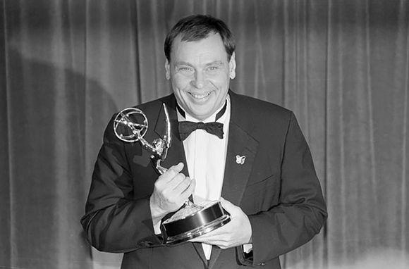 Näyttelijä Larry Drake Emmy-patsaan kanssa kuvattuna vuonna 1989.
