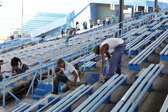 Video: Havannalaista baseball-stadionia kunnostetaan Yhdysvaltain presidentin vierailua varten. Floridalainen Tampa Bay Rays ja Kuuban maajoukkue pelaavat ystävyysottelun vierailun aikana.