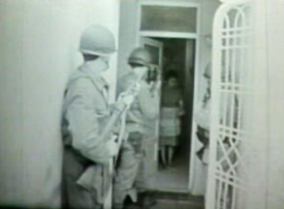 Sotilaita kodin ovella.