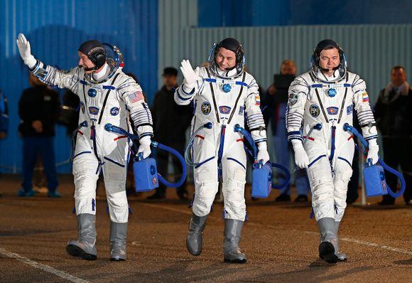 Jeffrey Williams, Aleksei Ovtshin ja Oleg Skripochka viettävät ISS-avaruusasemalla puoli vuotta.