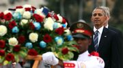 Barac Obama laskemassa seppelettä Jose Marti muistomerkillä.