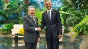 Kuuban presidentti Raul Castro ja Yhdysvaltain presidentti Barack Obama kättelevät.