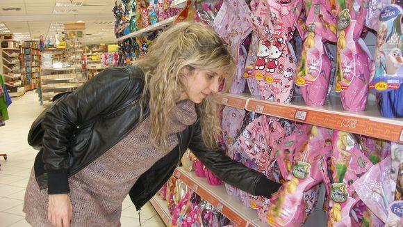 Eleni Kiriakidou ostamassa pääsiäismunaa.