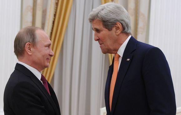 Hymyilevät Putin ja Kerry kasvokkain.