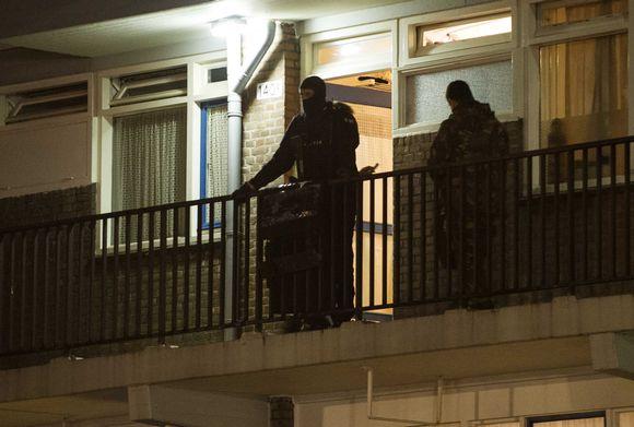 Hollannin poliisi teki yllätyshyökkäyksen kahteen yksityisasuntoon sunnuntaina Rotterdamissa.