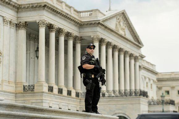 Poliisi vartio Capitol kukkalalla.