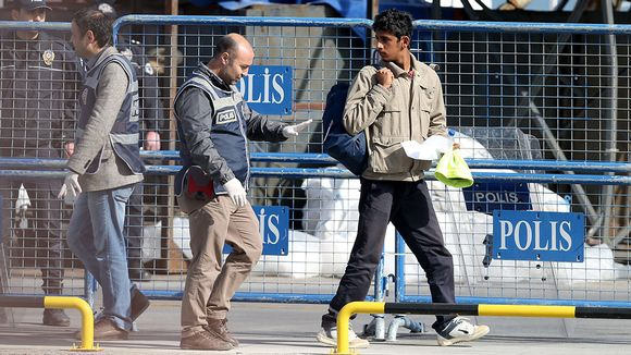 Poliisi ohjaa pakolaista.
