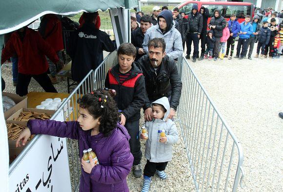 Turvapaikanhakijoita ruokajonossa Presevossa, Serbiassa 16. maaliskuuta.