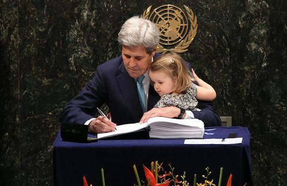 Yhdysvaltain ulkoministeri John Kerry allekirjoittaa sopimusta.
