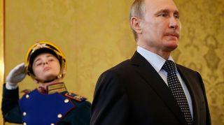 Tiukkailmeinen Putin kävelee kunniaa tekevän juhlaunivormuisen sotilaan ohi
