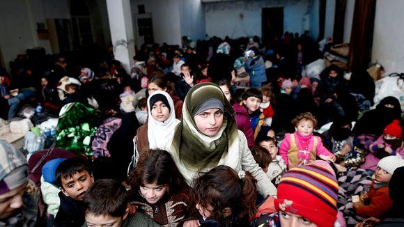 Pakolaisia suuressa salissa