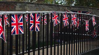 Yhdistyneen kuningaskunnan lippuja sillan kaiteessa.