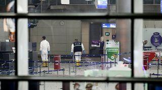Poliisi tutki räjähdyspaikkaa Atatürk-lentokentällä myöhään tiistaina.