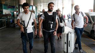 Poliisit partoivat turistien joukossa Atatürkin lentokentällä keskiviikkona 29. kesäkuuta.