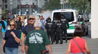 Poliiseja Karplatzin aukiolla Münchenissä 23. heinäkuuta.