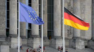 EU:n ja Saksan liput laskettiin puolitankoon Valtiopäivätalon edustalla Berliinissä.