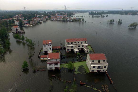 Rajujen rankkasateiden aiheuttamissa tulvissa Kiinassa on kuollut yli 100 ihmistä.