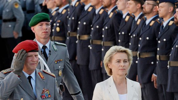 Saksan puolustusministeri Ursula von der Leyen ja maan puolustusvoimien esikuntapäällikkö Volker Wieker.