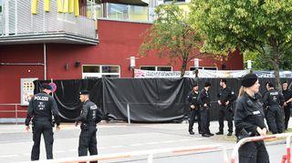 Poliiseja ammuskelupaikan läheisyydessä Münchenissä.