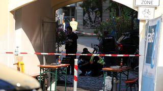 Poliisit tutkivat räjähdyspaikkaa.