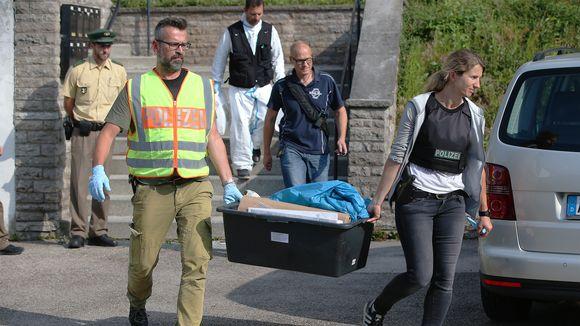 Poliisit kantavat laatikkoa.