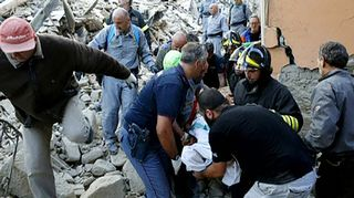 Pelastustyöntekijät kantoivat maanjäristyksen uhria Amatricessa, Italiassa keskiviikkona.