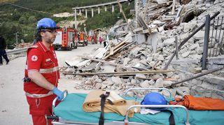 Punaisen ristin työntekijä kantoi paareja Pescara del Trontossa, Italiassa keskiviikkona.