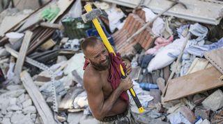 Vapaaehtoinen työskenteli maanjäristyksen tuhoamassa Amatricessa keskiviikkona.