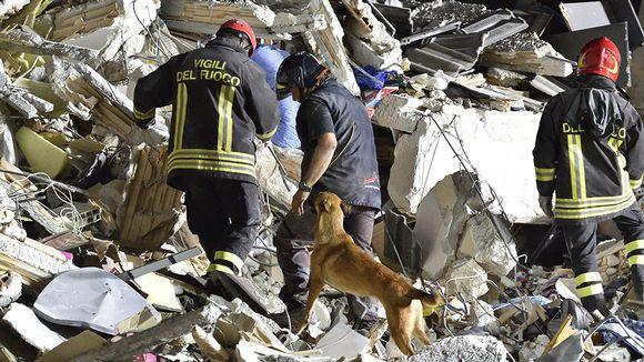 Pelastustyöntekijät jatkoivat etsintöjä Amatricessa torstaina.