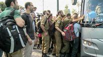 Sotilaat jonottivat bussiin Israelissa sunnuntaina 4. syyskuuta 2016.