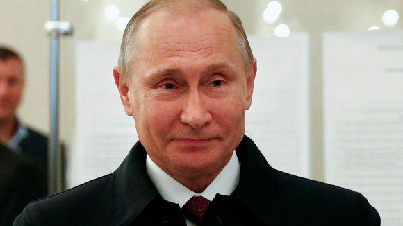 Venäjän presidentti Vladimir Putin hymyilee annettuaan äänensä parlamenttivaaleissa.