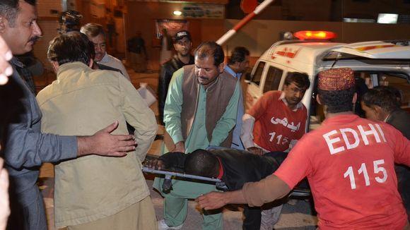 Loukkantunutta viedään sairaalaan poliisikouluun tehdystä hyökkäyksestä.